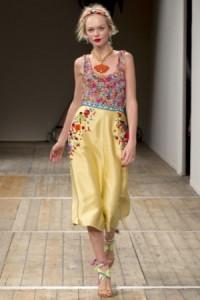 яркие юбки в золотистых тонах от Moschino
